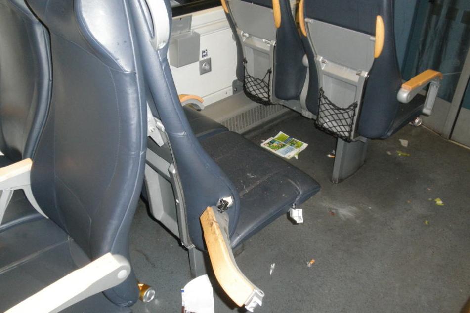 Die randalierenden Fußballfans zerstörten im Zug unter anderem Sitze und Klapptische.