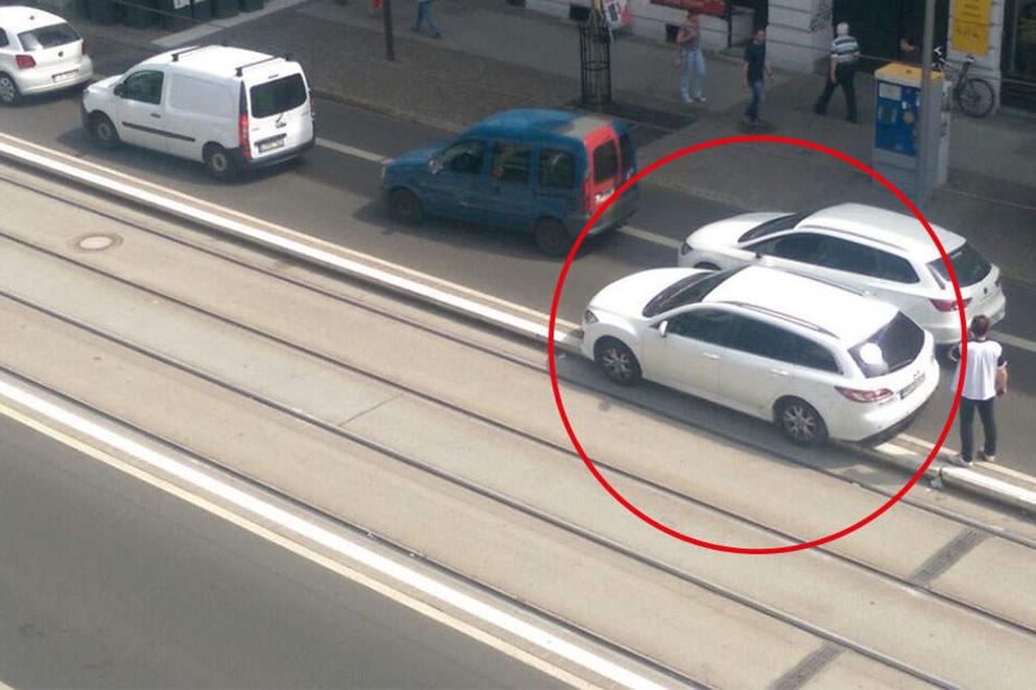 XXL-Straßenbahn-Stau: Auto kippt an Haltestelle auf Gleise und bleibt stecken