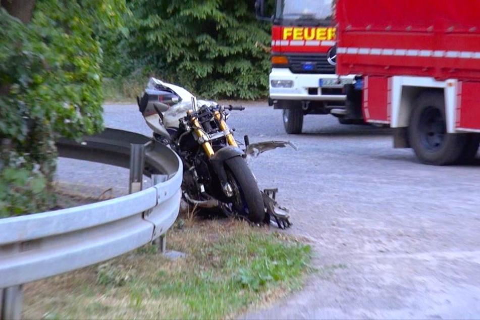 Das Motorrad lehnt nach dem schweren Crash völlig demoliert an einer Leitplanke neben dem Unfallort.