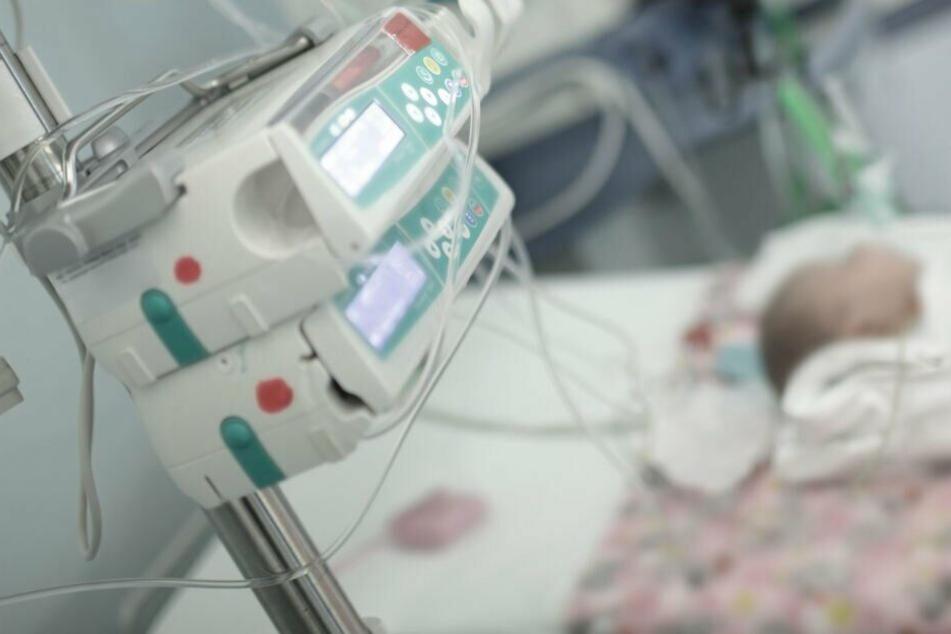 Das Baby kam ins Krankenhaus und überlebte dank der Ärzte. (Symbolbild)
