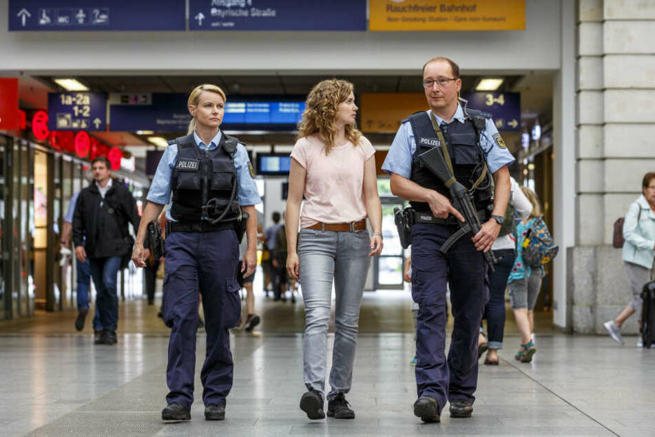 Schauspielerin Cornelia Gröschel (30) studiert, wie Ina Gumpert (37, POM) und Heiko Süßmilch (40, PHM) den Dresdner Hauptbahnhof sichern.