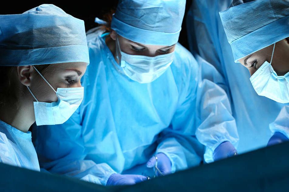 Insgesamt waren 40 Ärzte an der Operation beteiligt, die in verschiedenen Teams arbeiteten. (Symbolbild)