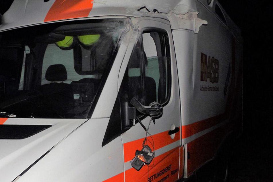 Der Rettungswagen war nach dem Unfall nicht mehr fahrbereit.
