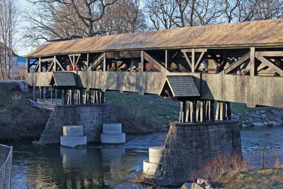 Älteste Holzbrücke in Sachsen wird saniert: Röhrensteg fast fertig