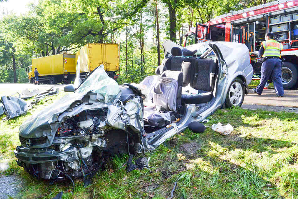 Vom Opel Astra blieb nach dem Unfall nur noch Schrott. Der Fahrer sei nach TAG24-Informationen vor Ort gestorben.