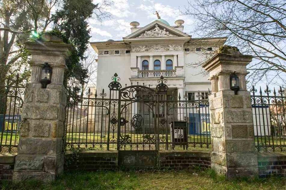 Die Villa Calé gehört seit 20 Jahren dem Emirat Katar und denen ist die Kunst im Giebel offenbar zu freizügig.