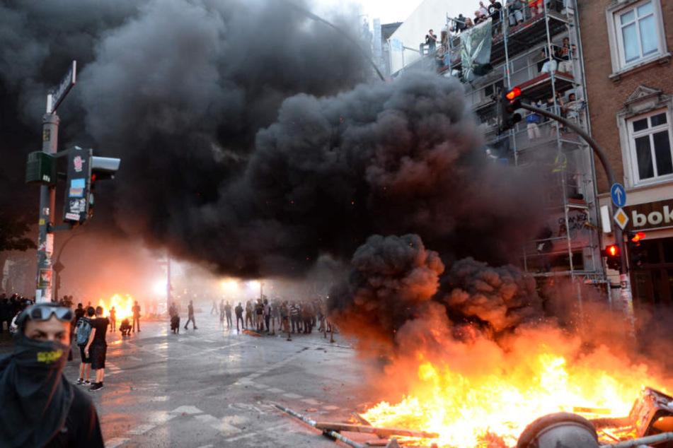 Brennende Barrikaden am 7. Juli 2017: Das Haus am Schulterblatt 1 muss nun weichen.