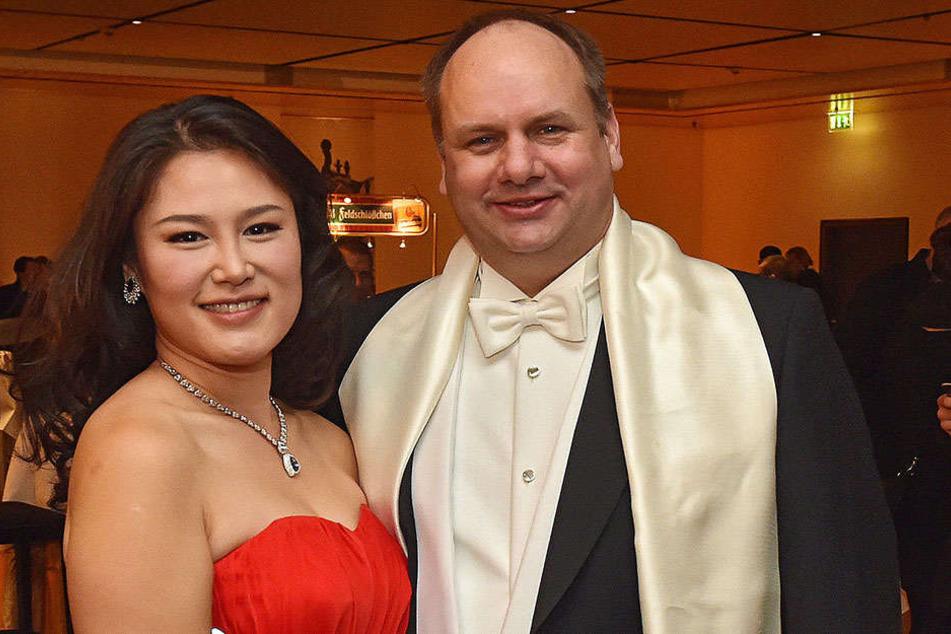 Am Freitag war OB Dirk Hilbert mit seiner Frau Su Yeon Hilbert auf dem Dresdner SemperOpernball.