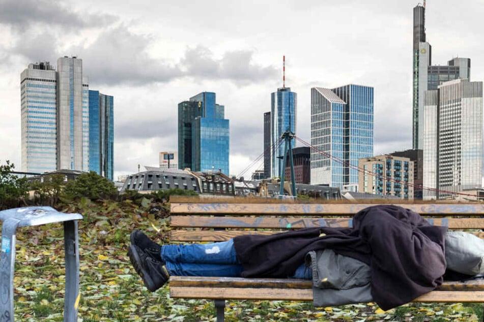 Das Schlafen auf einer Parkbank kann in Frankfurt teuer werden (Symbolbild).