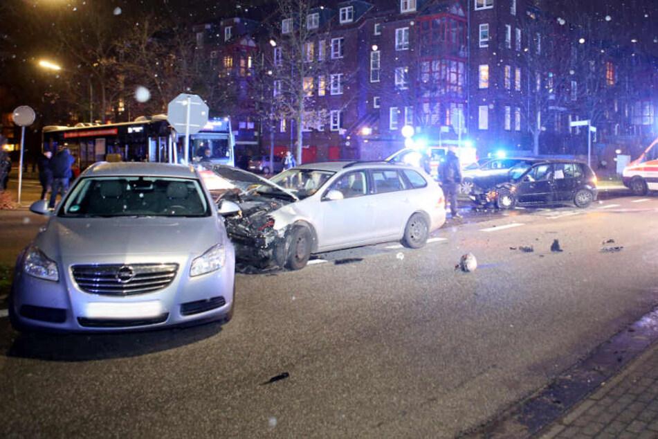 Beim Abbiegen übersah der Fahrer eines Fahrzeuges (rechts) ein entgegenkommendes Auto.