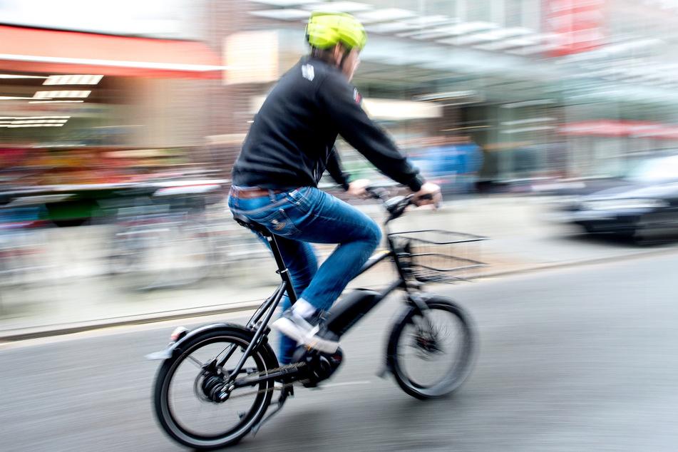 Der E-Bike-Fahrer konnte einen Zusammenstoß verhindern, stürzte jedoch trotzdem. (Symbolfoto)