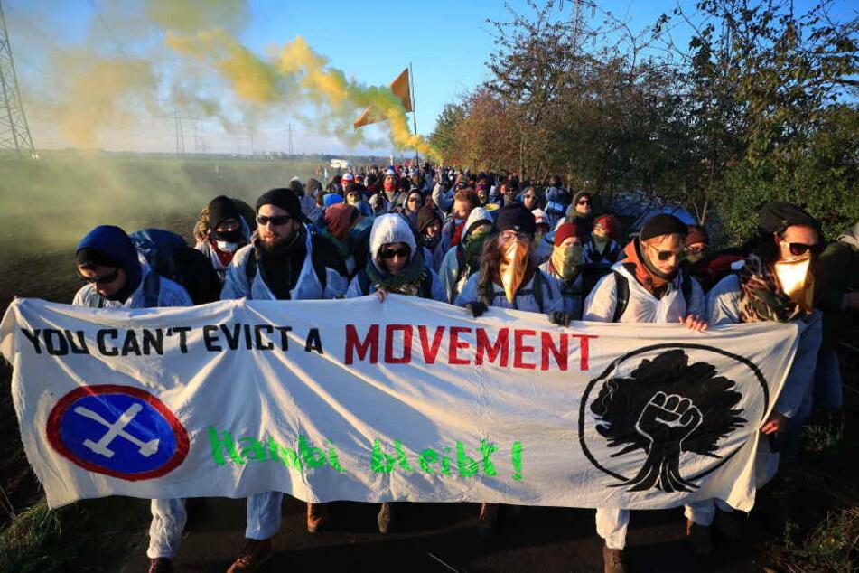 """Umweltaktivisten des Aktionsbündnis """"Ende Gelände"""" verlassen in einem Demonstrationszug ihr Lager in Düren in Richtung des Tagebaus Hambach."""