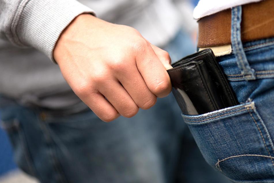 Ein Dieb stahl einem 10-jährigen Jungen das Portemonnaie.