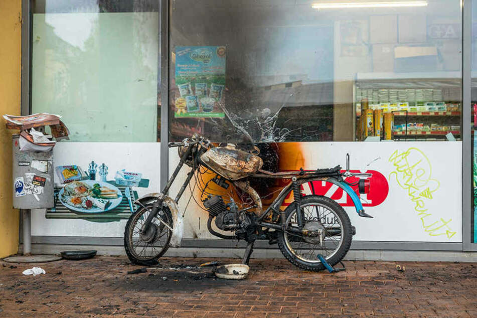 """Dieses Moped wurde direkt vor dem """"Orient Bazar"""" angezündet."""