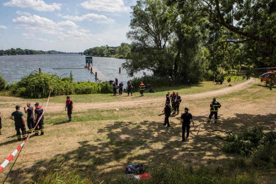 Zahlreiche Einsatzkräfte von Polizei und Feuerwehr waren an der Unglücksstelle vor Ort.