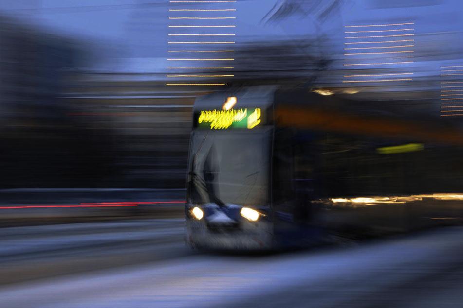 Die vier Männer randalierten in der Straßenbahn und gingen auf einen Fahrgast los. (Symbolbild)