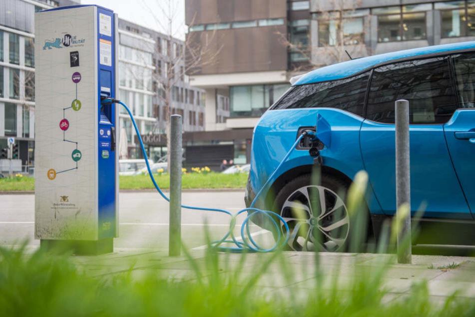 BMW will in den nächsten drei Jahren 25 elektrisch angetriebene Modelle auf die Straße bringen. (Symbolbild)