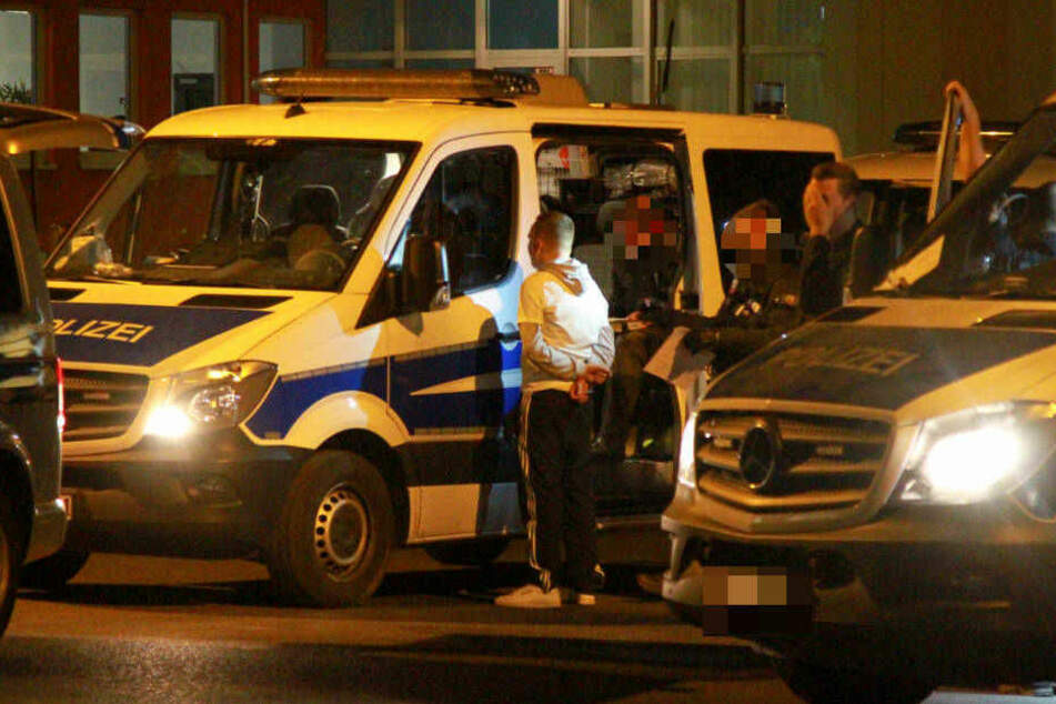 Die Polizisten stellen am Montagabend einen Fan zur Rede.