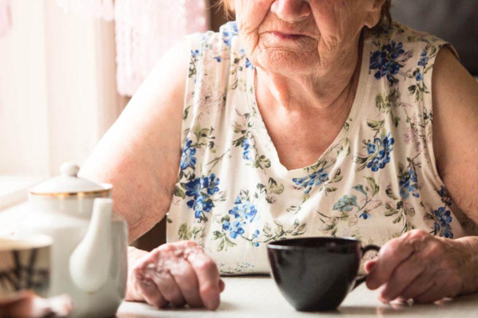 Eine Rentnerin aus Remscheid wurde Opfer einer hinterlistigen Raub-Attacke. (Symbolbild)