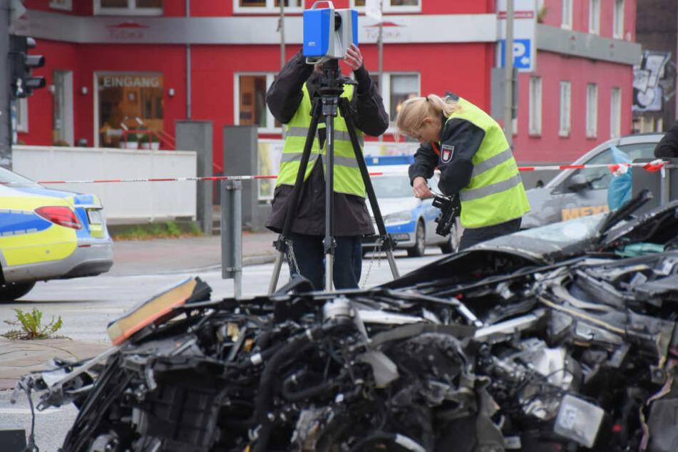 Polizisten stehen mit einem 3D-Scanner am Unfallort.