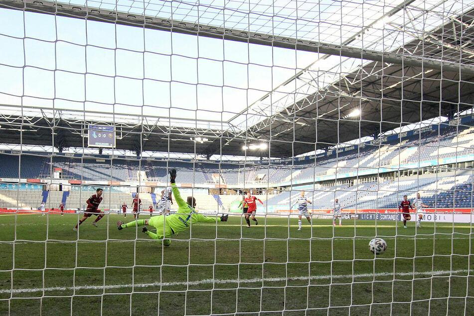 Die erste Großchance in Duisburg. Philipp Hosiner (l.) trifft nach Vorlage von Jonathan Meier zum 1:0 - Endstand 3:0.