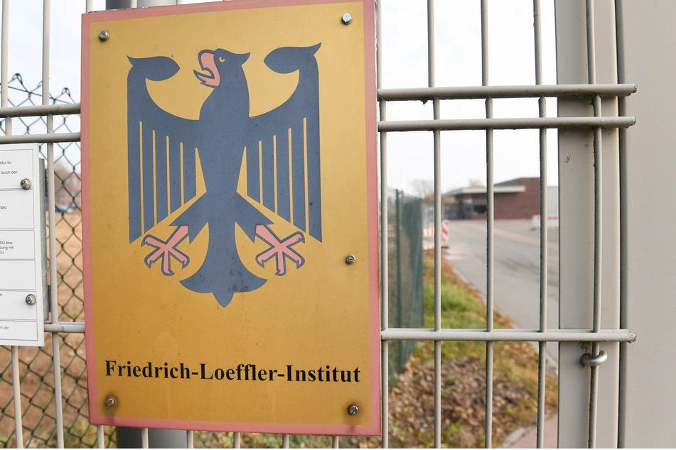 Un letrero del águila federal cuelga en el área de entrada del Instituto Friedrich Loeffler (FLI) de Salud Animal en la isla de Reims, cerca de Greifswald.