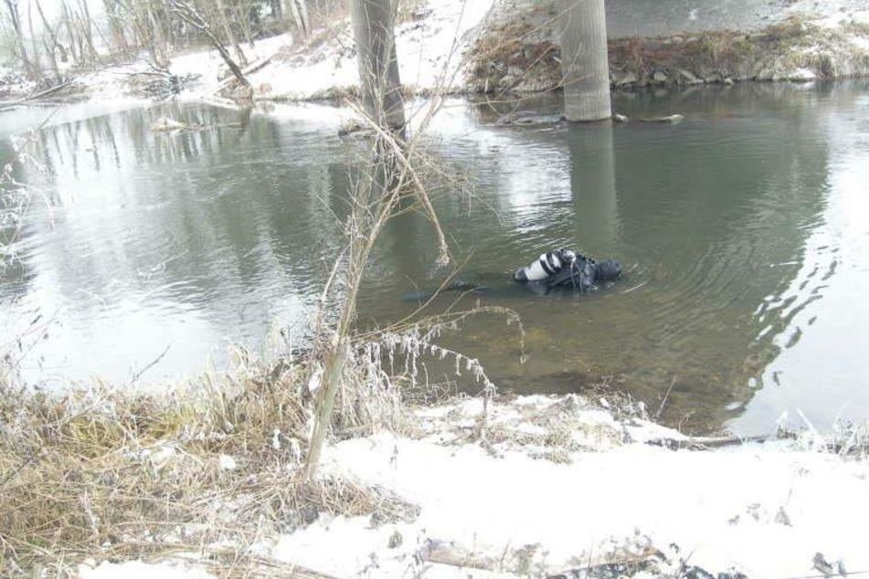 Angler entdeckt Goldschatz im Fluss: Polizei hat kuriosen Verdacht