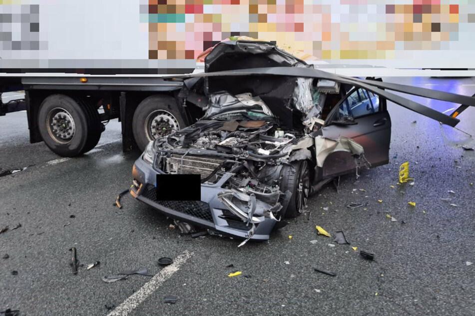 Fuhr er bei Rot? 22-jähriger Mercedes-Fahrer rutscht unter Laster