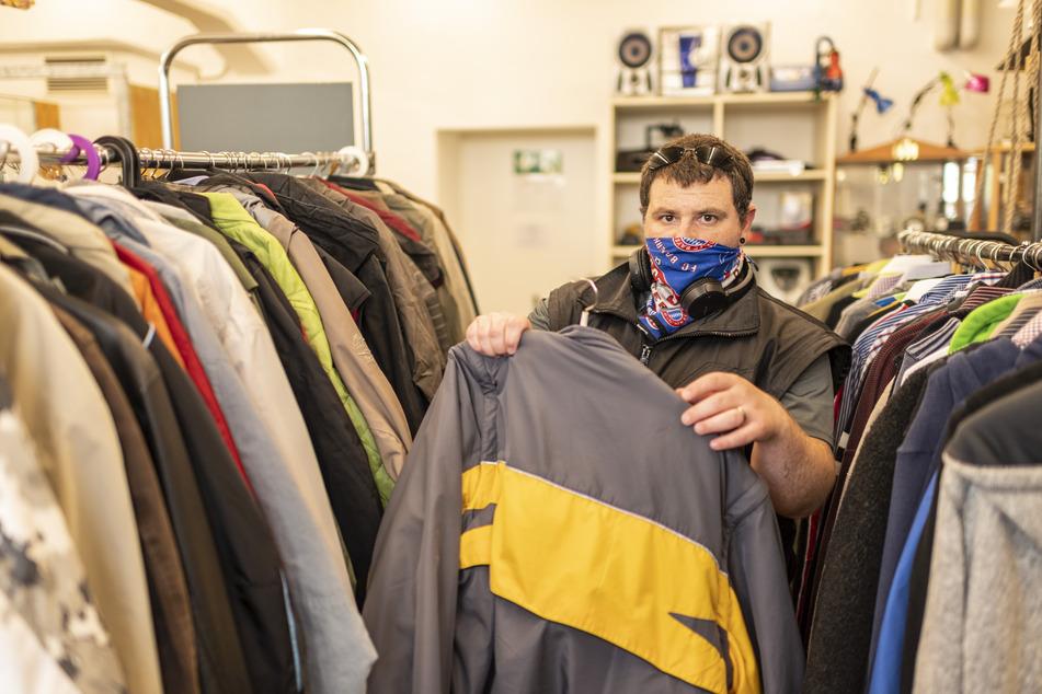 Oliver Kersten (33) sucht in der DRK-Kleiderkammer nach einer passenden Jacke.
