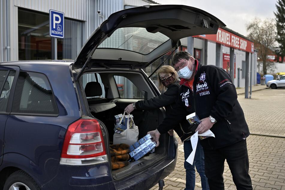 Zigaretten, Kaffee und Oblaten kauften Heidi (58) und Mario Kirmse (55) am Montag in Potůčky. Ab Dienstag müssten sie nach so einer Tour sofort in Quarantäne und zum Coronatest.