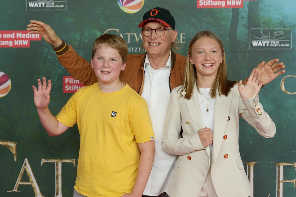 """Die Schauspieler Julius Weckauf (v.l.), Otto Waalkes und Gloria Terzic bei der Premiere der Fantasy-Komödie """"Catweazle""""."""