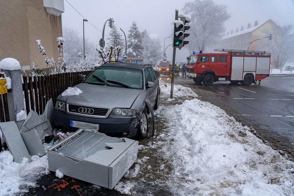 Völlig verwüstet! Ein Audi-Fahrer krachte am Mittwoch in Auerbach (Vogtland) zunächst mit zwei Autos zusammen, dann wurde er von einen Stromverteiler gestoppt.