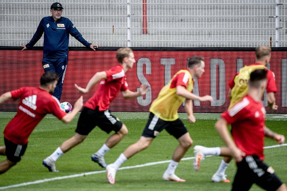 Union-Coach Urs Fischer (55, hinten) beobachtet seine Spieler beim Training. Am Montag haben die Berliner ihre dritte Bundesliga-Saison in Angriff genommen.