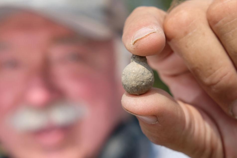 Danach suchen die Experten: Archäologe Dan Sivilich zeigt eine kleine Bleikugel in die Kamera.
