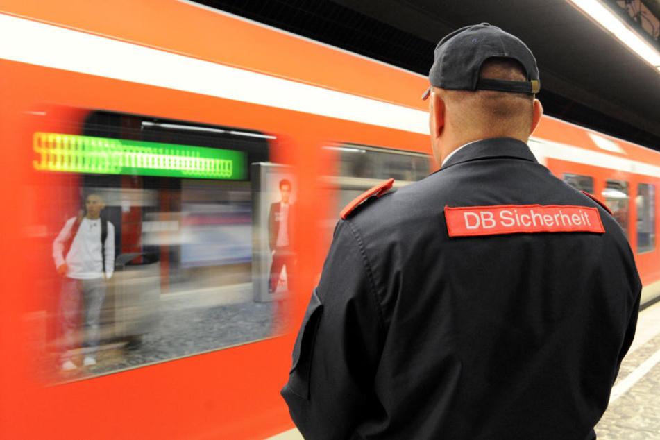 Mitarbeiter der DB-Sicherheit wurden bei einer Kontrolle in der Hamburger S-Bahn verletzt.