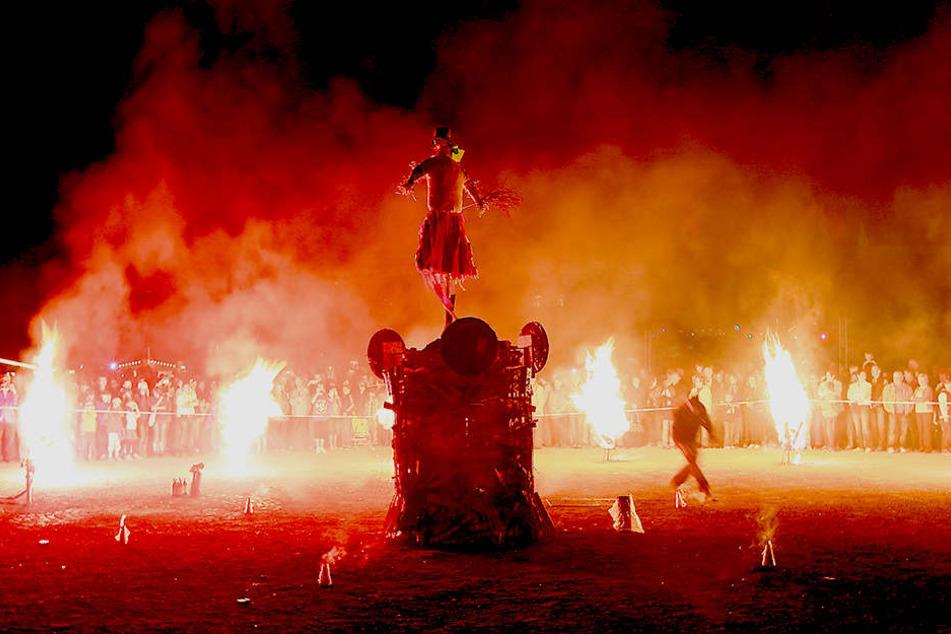 """Beim """"Sachsen-Feuer"""" auf dem Hartmannplatz wird die Hexe """"Esmeralda""""  verbrannt."""