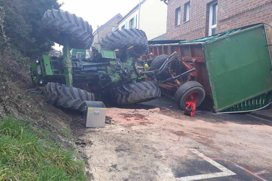 Traktor und Anhänger kippen um: 20-jähriger Fahrer verletzt