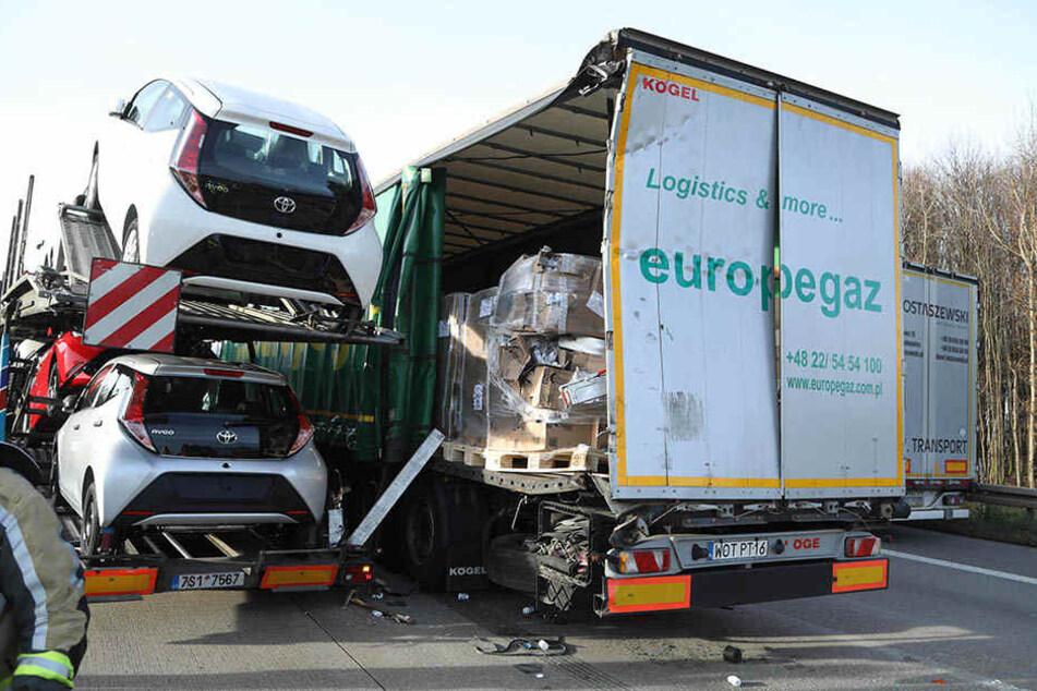 Ein LKW musste bremsen, ein dahinter fahrender LKW wich aus und prallte gegen zwei weitere Fahrzeuge.