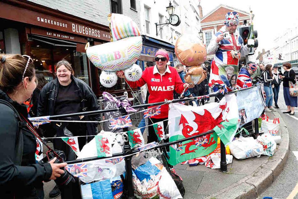 Fans der königlichen Familie feiern vor dem Windsor Castle die Geburt des kleinen Prinzen.