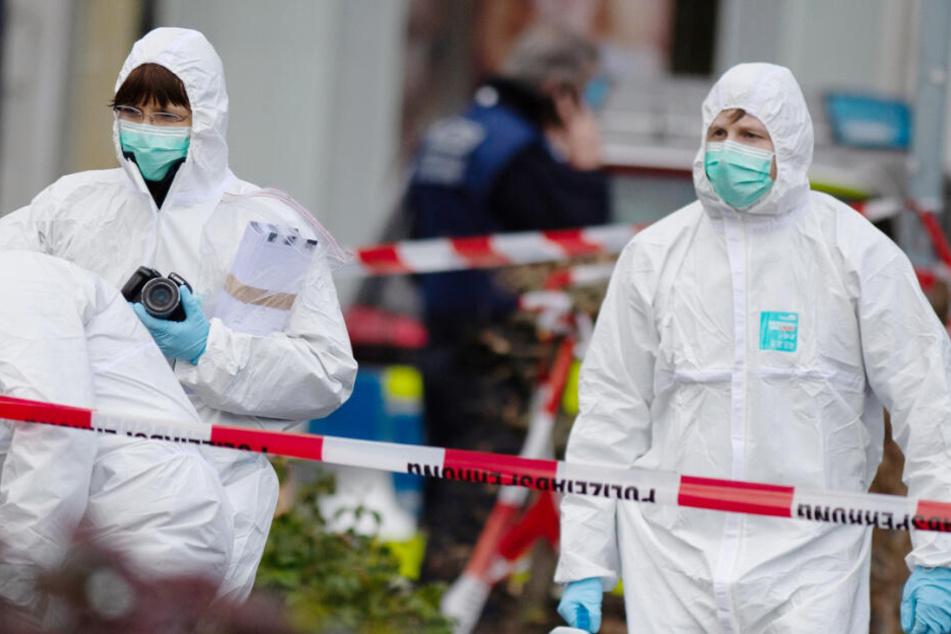Das Foto zeigt Mitarbeiter der Spurensicherung an einem der Tatorte in Hanau.