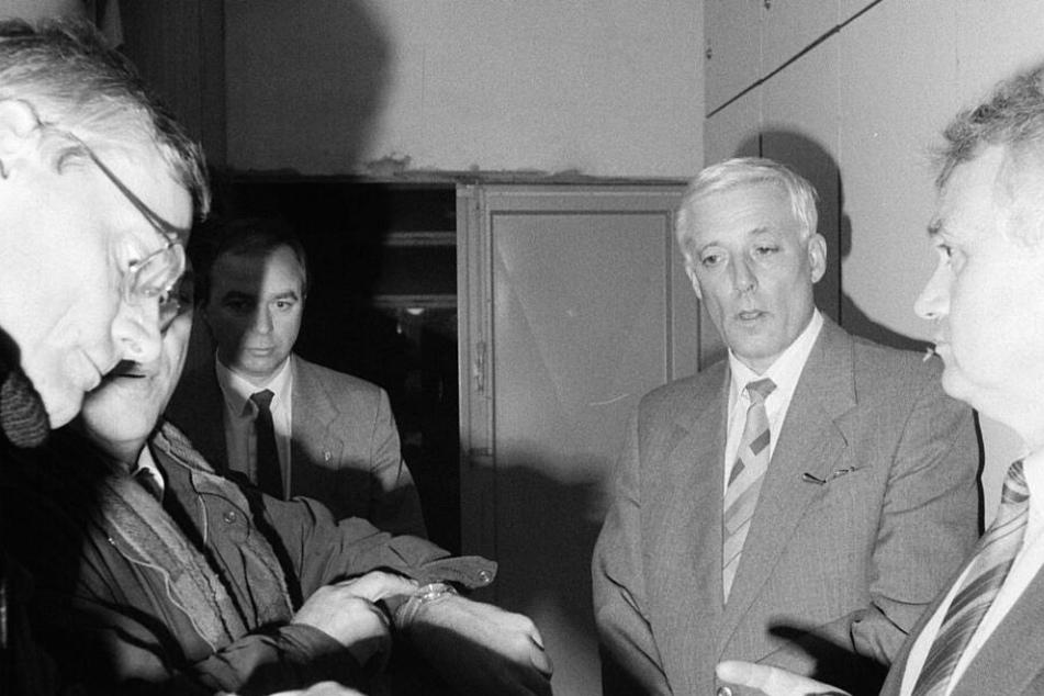 Stasi-Major Horst Böhm (1937-1990, M.) kurz nach Beginn der Besetzung gegen 17.30 Uhr.