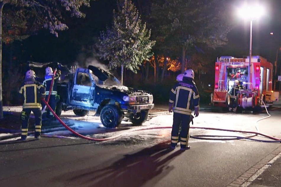 Die Feuerwehr war schnell vor Ort und löschte das Feuer, konnte ein Ausbrennen des Fahrzeugs jedoch nicht verhindern.