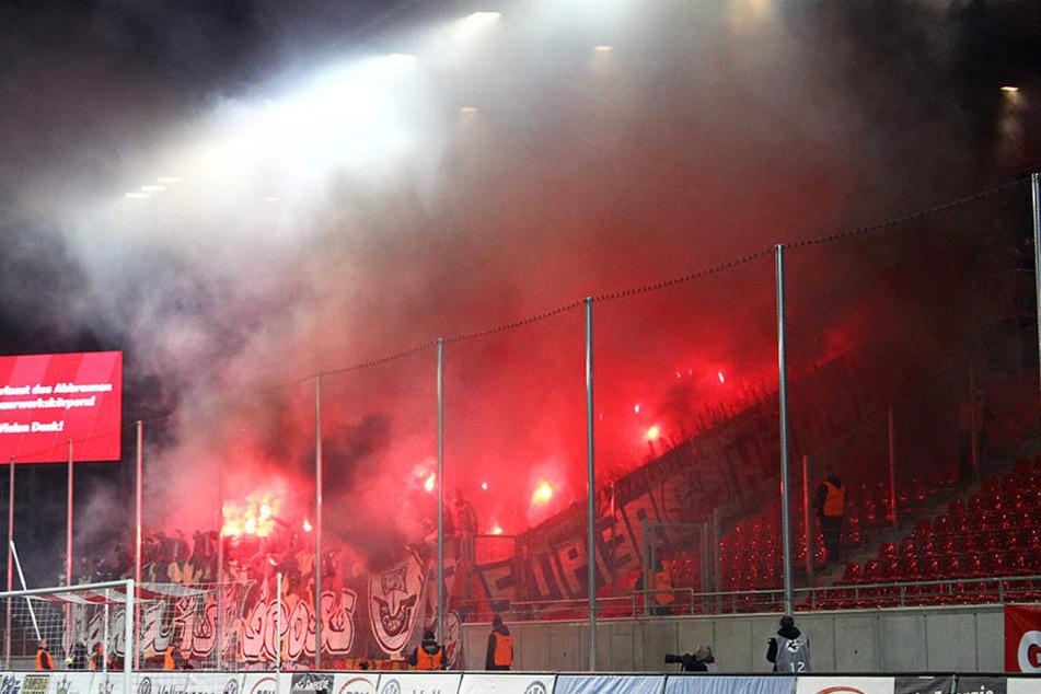 20. März 2017: Beim Ostderby FSV Zwickau gegen Hansa Rostock zündeten Gäste-Chaoten jede Menge Pyrotechnik und sorgten so für eine Spielunterbrechung kurz nach dem Anpfiff.