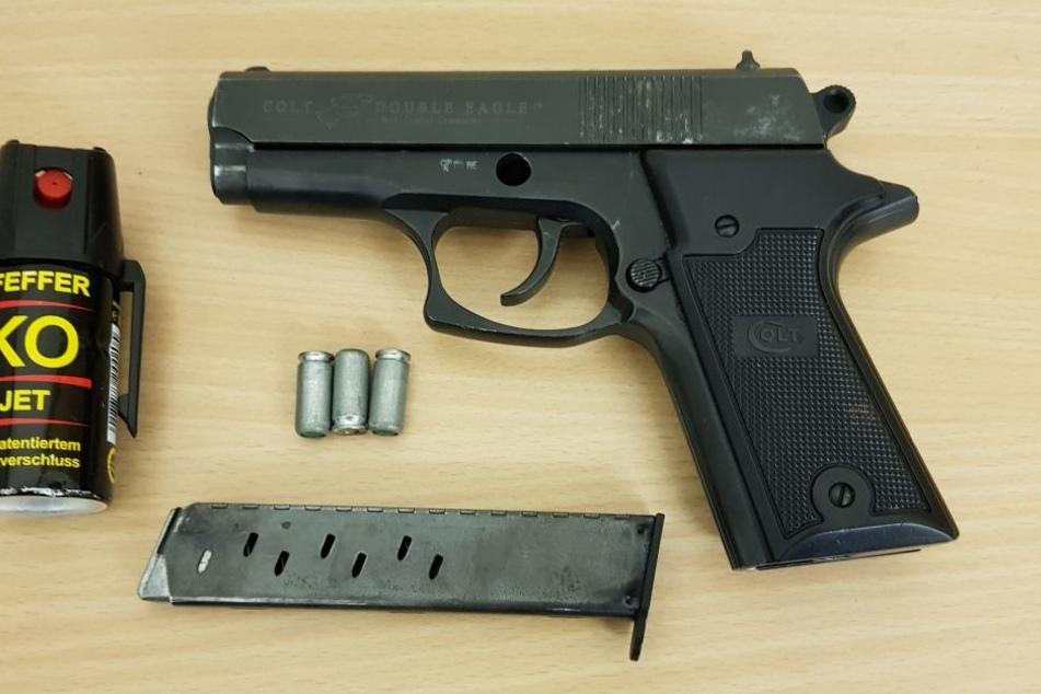 Im Ford fanden die Polizisten noch eine Schreckschusspistole mit Munition.