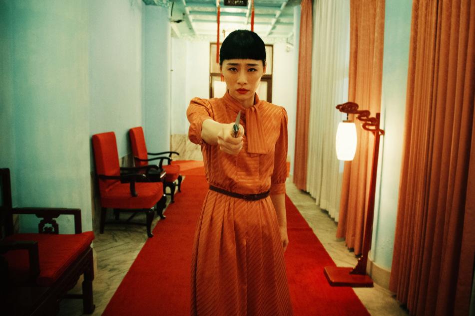 """Dem Regisseur ist jedes Mittel recht, um Nina Wu (Wu Ke-xi) für die emotionalen Szenen in """"Stimmung"""" zu bringen."""