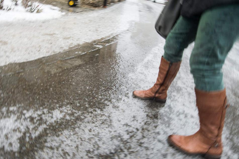 Regen und niedrige Temperaturen können zu glatten Gehwegen führen. (Symbolbild)