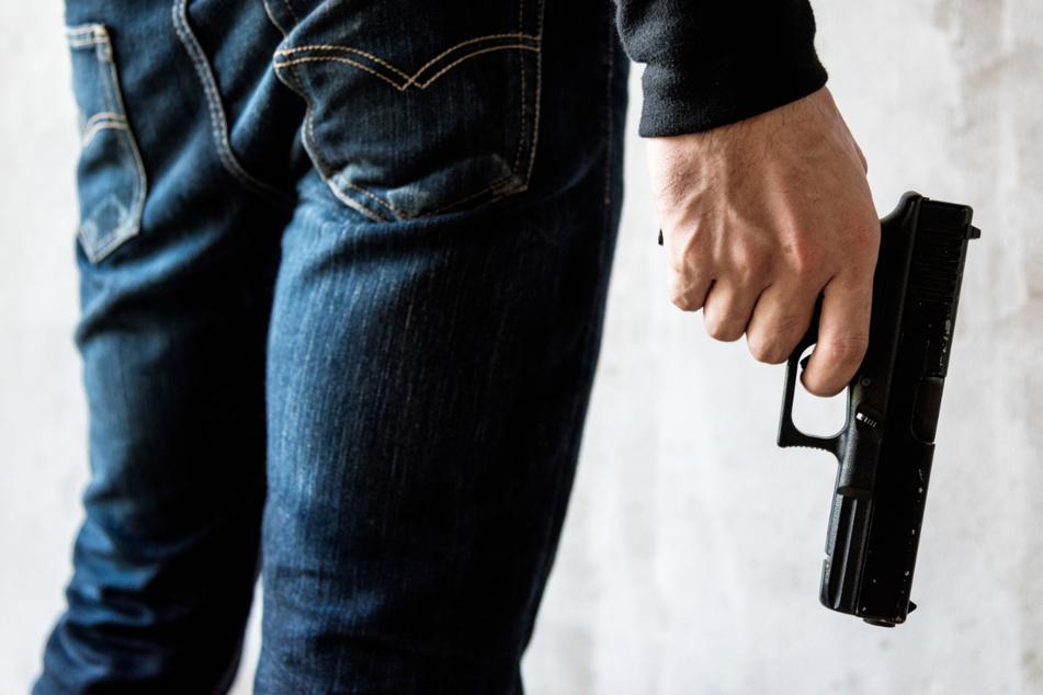 Laut Anklage lauerte der Angeklagte seinem Opfer vor dessen Wohnung in Regensburg auf - mit der Absicht, es zu erschießen. (Symbolbild)