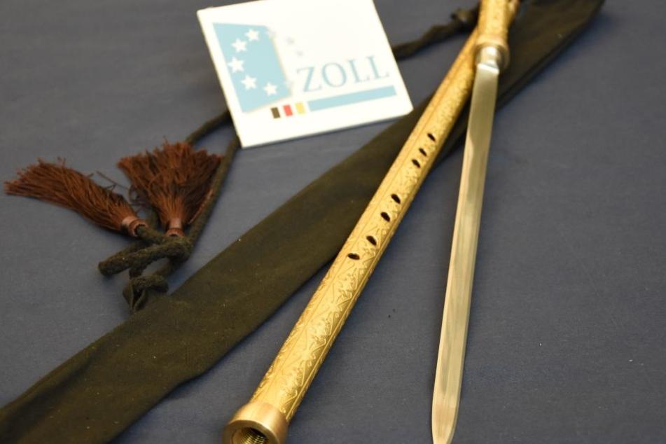 Die Zöllner erlebten eine musikalische Überraschung als sie sich das Geschenk aus China näher anschauten.