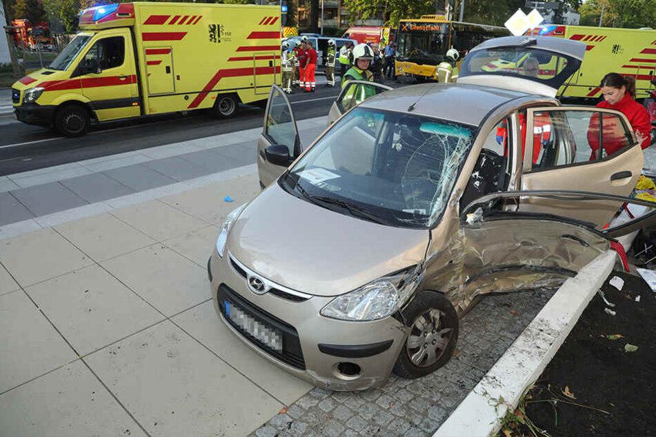Schwerer Unfall in Dresden! Hyundai kracht in Linienbus: Mehrere Verletzte