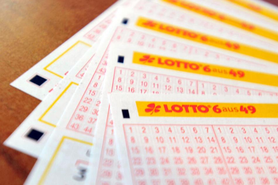 Lottoscheine liegen auf einem Tisch in einem Kiosk.